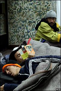 Un indigente sin techo se refugia en una albergue en Santiago