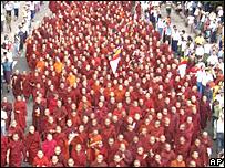 Manifestación de monjes budistas en Rangún.