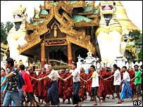 Monjes budistas durante una manifestación frente a la pagoda Shwedagon.