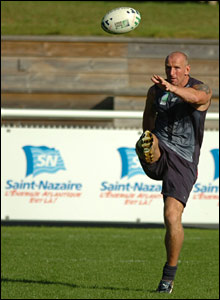 Wales captain Gareth Thomas returns to training in St Nazaire
