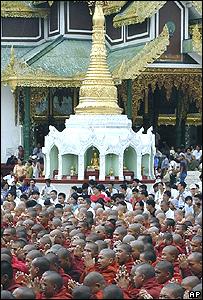 Monjes rezando antes de una manifestación.