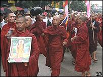Monjes budistas en una manifestación.