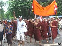 Monjes y civiles en una manifestación.