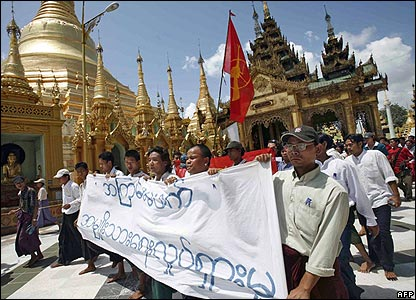 The monks' protest passes by Shwedagon Pagoda in Rangoon - 25/09/07