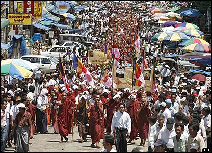 Buddhist monks and their supporters march in Rangoon - 25/09/07