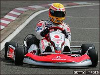 Lewis Hamilton en una demostración de karts