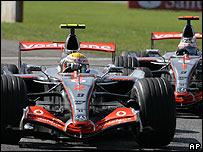 Hamilton delante de Alonso
