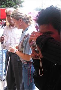 Uno de los alumnos del taller tomando fotografías