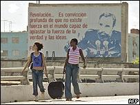 Mujeres caminando en La Habana