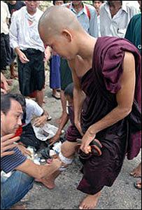 Monje herido en Rangún, foto enviada por un lector desde Birmania.