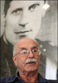 Dr Chaim Peri in front of portrait of Maj Gen Orde Charles Wingate (photo and copyright: Noam Sharon atp)