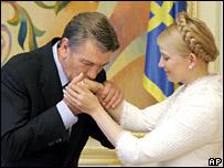 Viktor Yushchenko kisses Yulia Tymoshenko's hand