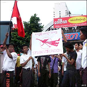 Student protesters in Rangoon on Thursday 27 September 2007 (picture supplied by MoeMaka Media internet blog)
