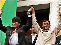 Evo Morales (izq.) y Mahmoud Ahmadinejad saludan al pueblo boliviano desde el balc�n presidencial de La Paz