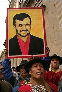 Simpatizantes de  Morales con una foto de Ahmadinejad por las calles de La Paz