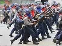 Soldados birmanos en las calles de Rangún