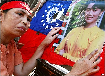 Burma protester holds a national flag and a photo of pro-democracy leader Aung San Suu Kyi at a rally outside the Burmese embassy in Tokyo 28/09/07