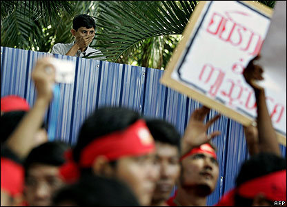 Man in Burmese embassy in Kuala Lumpur observes protest outside - 28/09/07