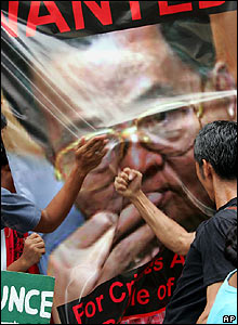 Filipino protesters hit poster of Than Shwe at a demonstration in Manila - 28/09/07