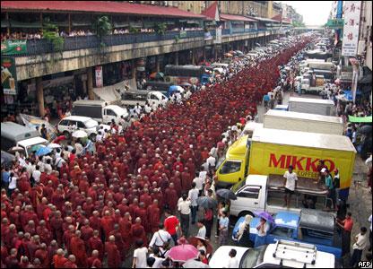 monjes birmanos protestando