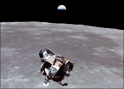 Lunar lander with Earth rise in background. Image: Nasa