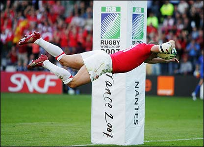 Shane Williams scores an inspirational try as Wales fight back