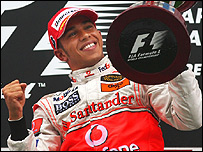 Lewis Hamilton celebrando