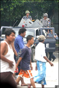 Soldiers and demonstrators in Rangoon, 29/09/07