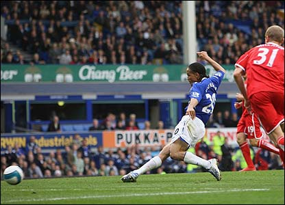 Steven Pienaar scores Everton's second