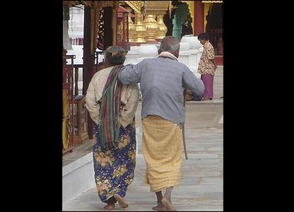 Dos ancianos en una pagoda de Bagan / Foto: R. Trost