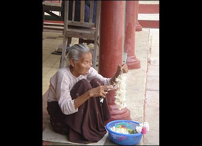 Una anciana prepara con sus manos ofrendas para Buda / Foto: R. Trost