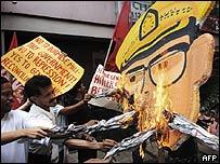 Manifestantes en Filipinas quemando una imagen del jefe militar birmano, el general Than Shwe, 1 de octubre de 2007
