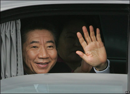 South Korean President Roh Moo-hyun waves from his car