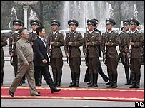 South Korean President Roh Moo-hyun (R) and North Korean leader Kim Jong Il inspect the guard of honour in Pyongyang