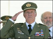 Spain's King Juan Carlos (centre)