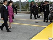 الرئيس الكوري وقرينته يعبران خط الحدود