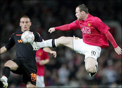 Daniele De Rossi challenges Wayne Rooney