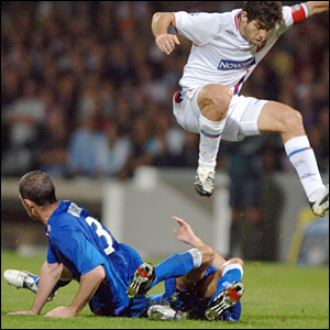 David Weir tackles Lyon's Juninho