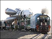 Поезд доставляет ракету к стартовой площадке на Байконуре