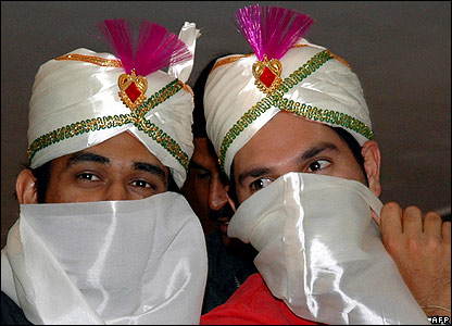 Indian cricketers Mahendra Singh Dhoni (l) and Yuvraj Singh in Hyderabad