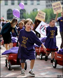 Children deliver petitions urging President Bush not to veto the bill, 1 Oct 2007