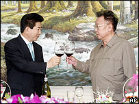 South Korean President Roh Moo-hyun, left, and North Korean leader Kim Jong-il share a toast after signing a joint declaration in Pyongyang - 04/10/07
