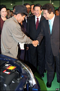 President Roh meets workers at the Pyeongwha Motor factory in Nampo