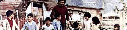 Victor Jara con un grupo de ni�os. Foto: fundaci�n Victor Jara