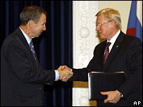 NASA chief administrator Michael Griffin (l) and Russia's Space Agency Chief, Anatoly Perminov shake hands