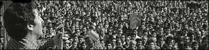 Victor Jara cantando en un concierto al aire libre. Foto:Fundaci�n Victor Jara