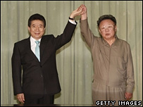 South Korean President Roh Moo-hyun, left, and North Korean leader Kim Jong-il celebrate the joint declaration in Pyongyang - 04/10/07