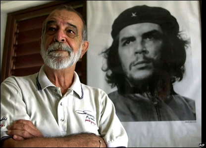 Alberto Korda poses with his famous 1960 portrait of Ernesto Che Guevara
