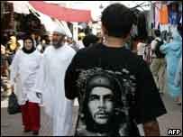 شاب مغربي يرتدي صورة غيفارا في الرباط