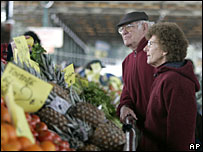 A couple buys fruit and vegetables at a market in Buenos Aires, 19 September 2007